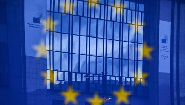Отражение флага Евросоюза на фоне здания в Брюсселе. Архивное фото