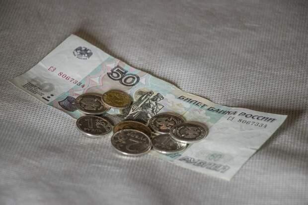 несколько монет положите под коврик