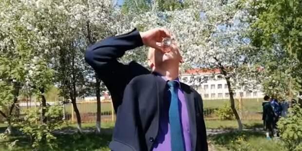 Кузбасский чиновник выпил воду с червяком, чтобы успокоить недовольных жителей