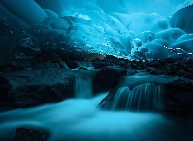 Удивительные ледниковые пещеры Менденхолла на Аляске