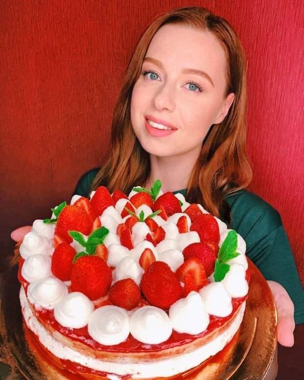 По клубничке! Юлия Савичева испекла шикарный торт в подарок Екатерине Рождественской