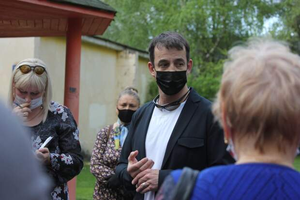 Певцов собрал более 1500 подписей за возвращение здания театральной мастерской в Отрадном / Фото: Юлия Свиткова