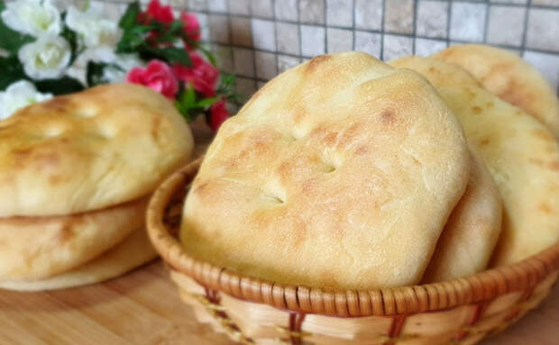 За хлебом идти холодно, поэтому взяли стакан муки и за 12 минут напекли хлебных лепешек