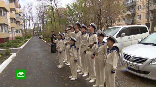 В российских городах курсанты устраивают для ветеранов ВОВ персональные концерты