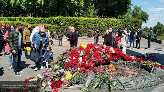 """Окружили и спели """"Катюшу"""": киевляне защитили старушек с портретом Жукова от полиции"""