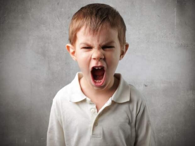 злой мальчик кричит