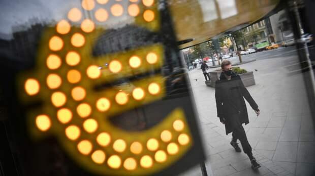 Электронное табло со знаком евро на одной из улиц в Москве - РИА Новости, 1920, 07.04.2021
