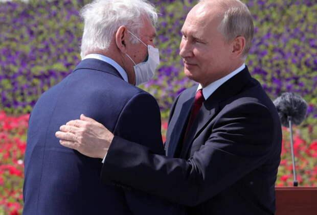 Американцы наблюдали, как в России в условиях пандемии отмечается День РФ и некоторые решили, что Путин смеется над США