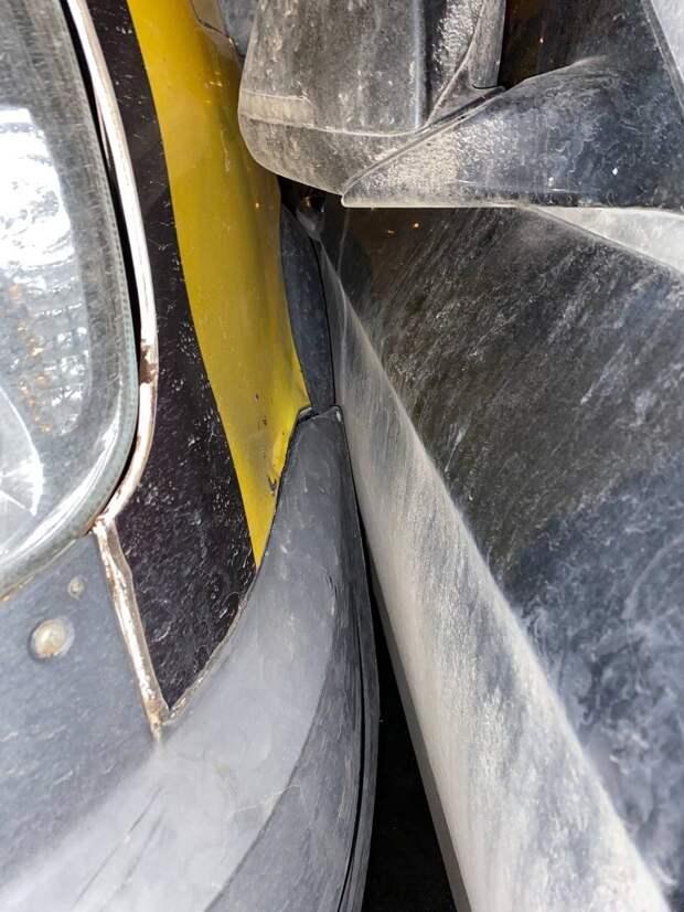 «Газель» въехала в припаркованный автомобиль на Римского-Корсакова