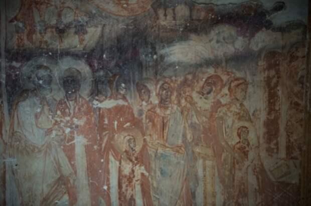 Новгородские археологи нашли несколько десятков квадратных метров фресок XII века