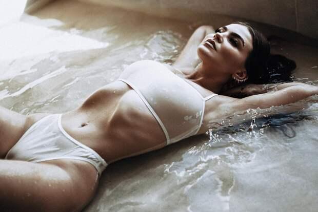 Вокалистка Little Big Софья Таюрская снялась в откровенной фотосессии в мокром нижнем белье