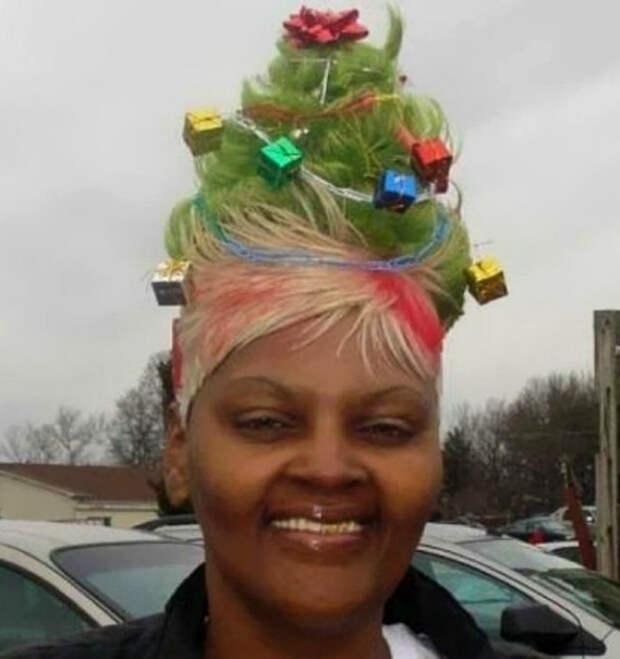 Высокая прическа из зеленых волос украшенная яркими заколками.
