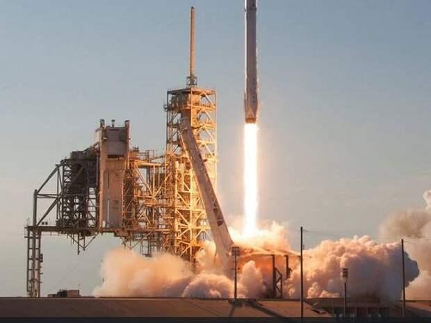 SpaceX получила контракт на отправку груза NASA на Луну в 2023 году