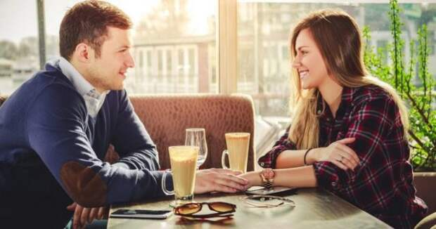 парень и девушка сидят за столиком