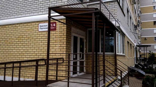 В Краснодаре бизнесмен обустроил вход в магазин у окна жилой квартиры