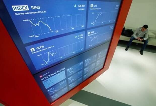 Информационное табло в здании Московской биржи, Россия, 28 февраля 2020 года. REUTERS/Maxim Shemetov