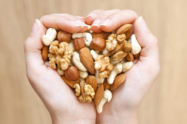 Для готовки или полезного перекуса орехи на хранение можно отправлять в морозилку. /Фото: smak.ua
