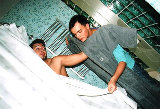 Когда Алексей ЧУМАКОВ и Александр ПАНАЙОТОВ переехали в съёмную «трёшку», первым делом они опробовали душ