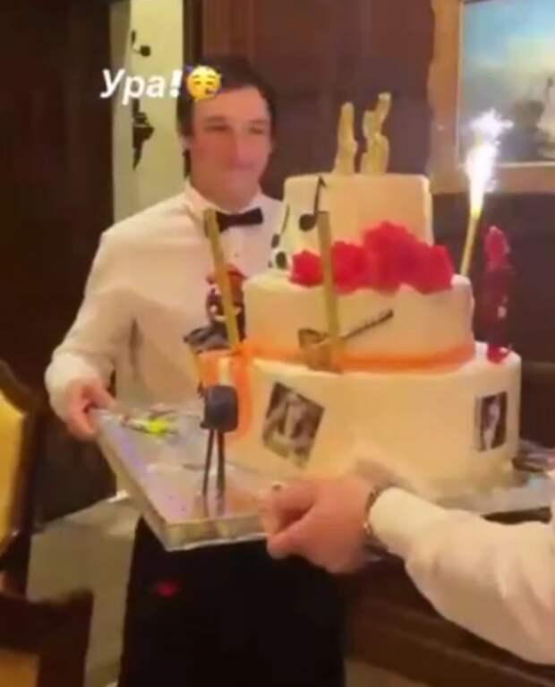 Трехъярусный торт с Пугачевой: как примадонна отметила 72-летие