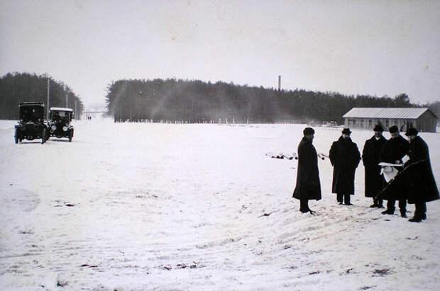Сергей и Степан Рябушинские обсуждают план строительства АМО. Тюфелева роща, 1916.