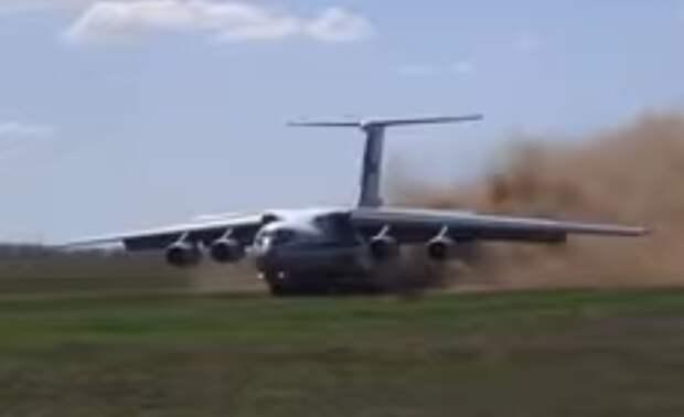 Опубликовано видео экстремальной посадки военного самолета РФ в поле