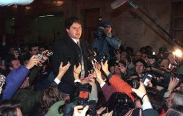 """В марте 1992 года в Доме культуры одного из совхозов Московской области состоялся так называемый VI съезд народных депутатов СССР. На фото: В. Алкснис выступает перед журналистами в гостинице """"Москва"""" перед выездом на съезд/"""