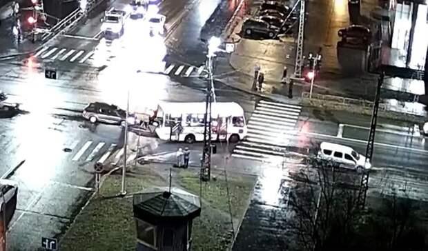 Маршрутный автобус попал вДТП вПетрозводске