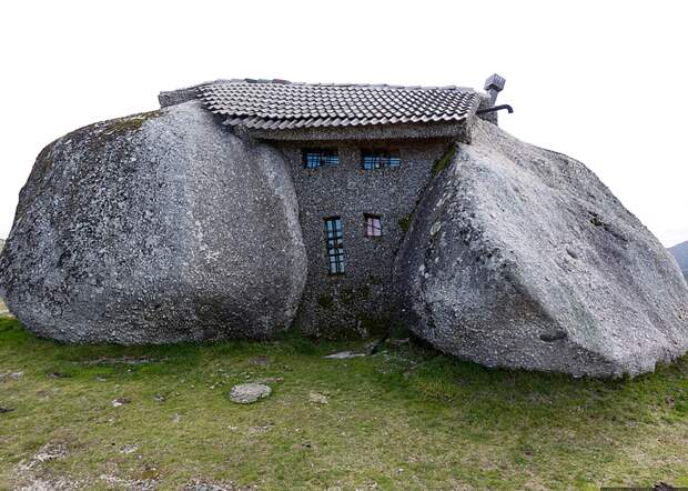 Casa do Penedo - вид спереди
