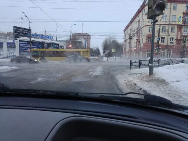 Спецтехника устраняет последствия утечки воды на улице Пушкинской в Ижевске