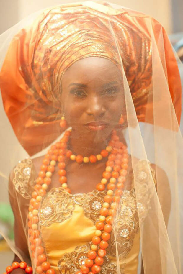 Нигерийские невесты предпочитают яркие свадебные наряды и повязывают на голову головной убор под названием Геле.