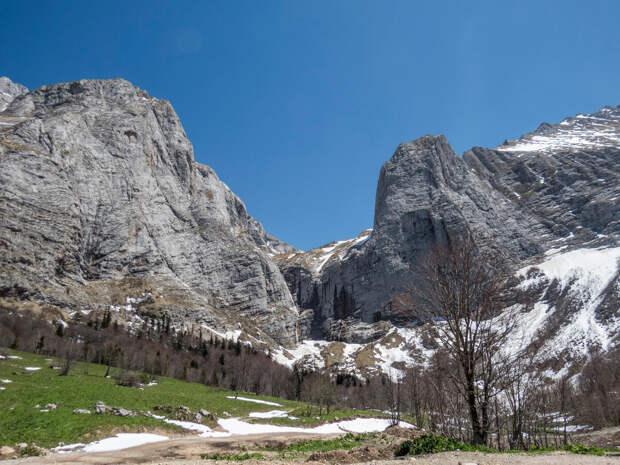 Вид с поляны Водопадной. Справа - Фишт, слева Пшехасу, между ними водопад.