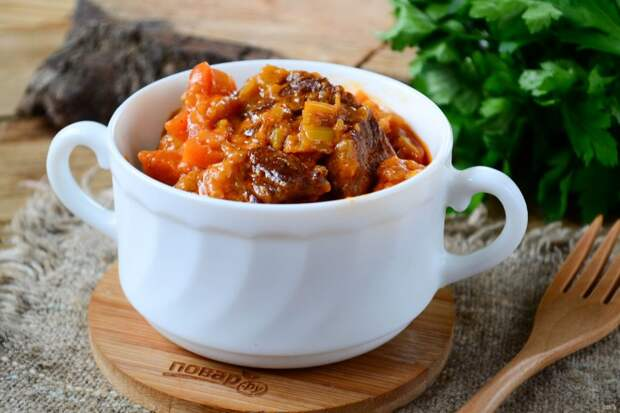 Говядина с беконом и овощами в томатном соусе со сливками