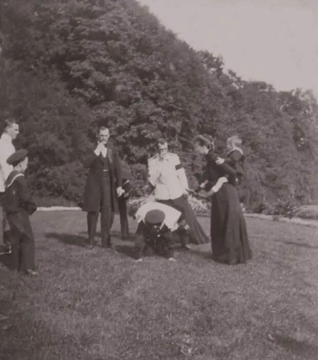 Император НиколайII дурачится сдрузьями нафотографиях 1899 года