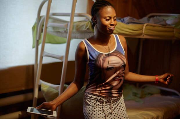 """5. Блессинг, 24 года. В России прожила около двух лет. Блессинг: «""""Кто тебе сказал, что в России можно заниматься чем-то другим? Единственная работа здесь для тебя — проституция"""", — это мне сказала будущая сутенерша в первый же день, как я приехала». По словам девушки, в Нигерии она училась на дизайнера одежды, но учебу пришлось бросить, так как не было денег."""
