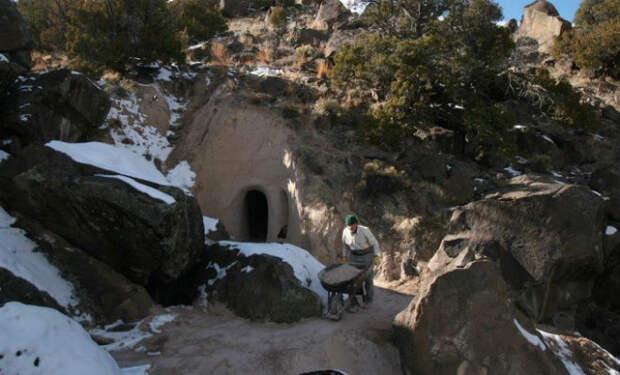 Мужчина 25 живет в пещере: за долгие годы он превратил ее в подземный дворец
