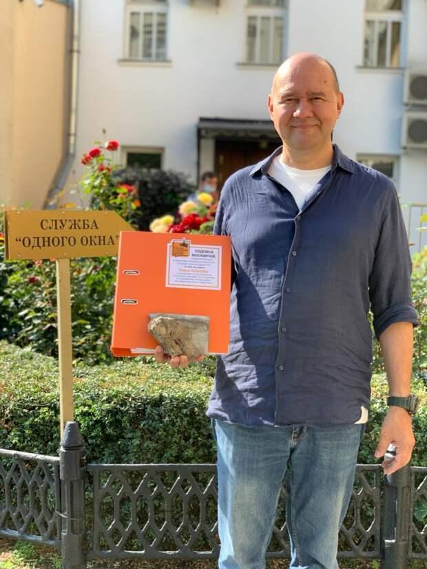 Олег Леонов отправил властям камень от снесённого дома в центре Москвы