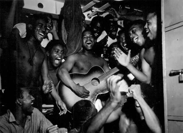 Солдаты на борту американского линкора Миссури первыми услышавшие весть о капитуляции Японии в 1945 году.
