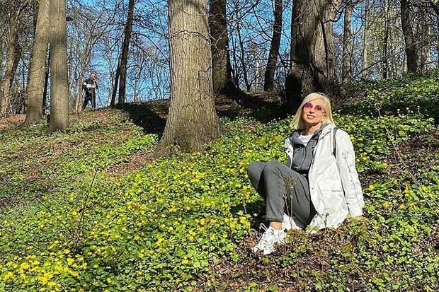 Как звезды отдыхают в майские: Евгения Крюкова спасает бельчат, Анастасия Волочкова распугивает рыбок