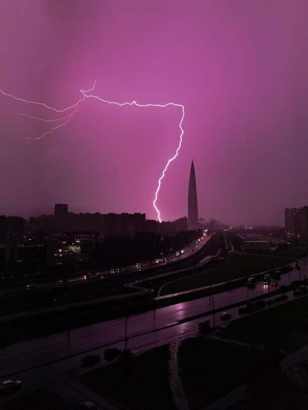 Затопленные дороги, упавшие деревья и удары молний — как Петербург второй день подряд переживает непогоду