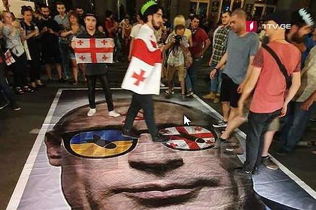 Грузинские актеры встретили коллег из Москвы листовками «Россия — оккупант»