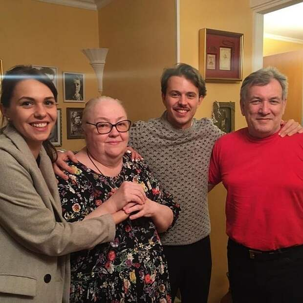 Мария Миронова не жалеет денег на отчима и приемного брата