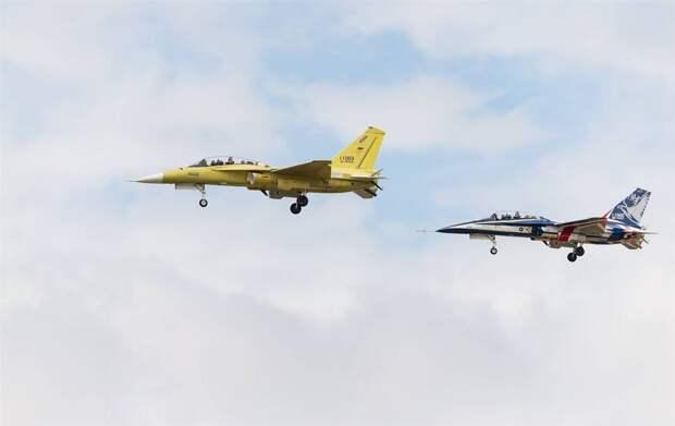 Первый серийный тайваньский учебный самолет T-5 поднялся в небо...