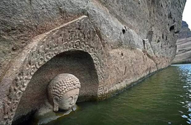 600-летняя статуя Будды появилась из-под воды озера в Китае
