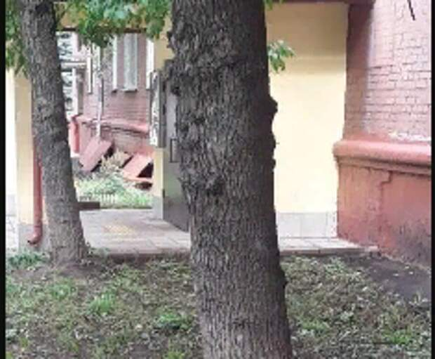 Вдоль дома по Крюковской вычистили мусор с газона