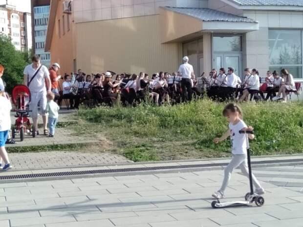 На улицах Новоуральска звучит музыка духовых оркестров