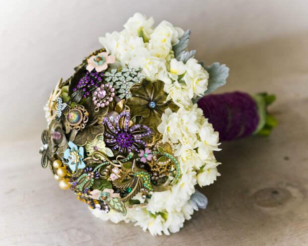 Букет из искусственных цветов и бижутерии.