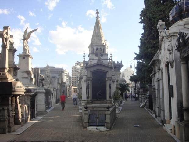 На улицах кладбища Реколета.