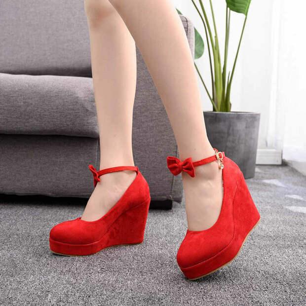 Красные туфли на танкетке. /Фото: ae01.alicdn.com