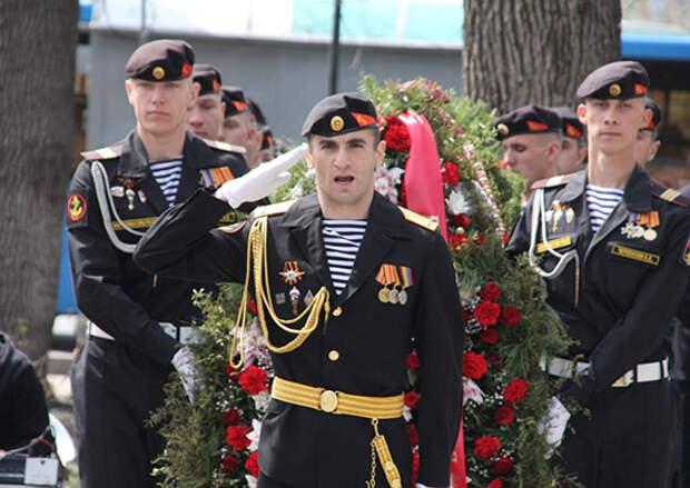 Военнослужащие Тихоокеанского флота во Владивостоке возложили венки и цветы к памятникам защитникам Отечества