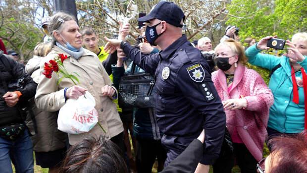 Националисты в Одессе напали на женщину с портретом Жукова